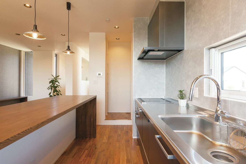 R+house静岡葵・静岡駿河(住宅工房コイズミ)【デザイン住宅、間取り、建築家】カウンター下はオープンにして、その時々で必要な収納家具を活用する。キッチン脇にはパントリーも設けた