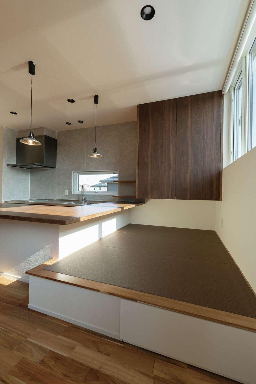 R+house静岡葵・静岡駿河(住宅工房コイズミ)【デザイン住宅、間取り、建築家】食卓を兼ねたカウンターに接した畳の小上がり。キッチン作業中も、いつでも家族との会話が楽しめる。食事の準備や片付けの手間は変わらないのに、椅子か畳か、その日の気分によって座る場所を選べるのも楽しい