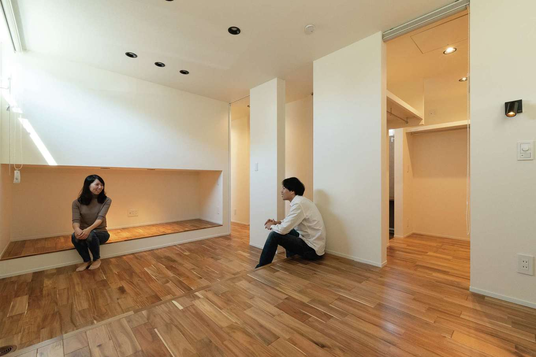 R+house静岡葵・静岡駿河(住宅工房コイズミ)【デザイン住宅、間取り、建築家】寝室は段差を付けて可変性も確保。壁で仕切れば子ども部屋を増設できる