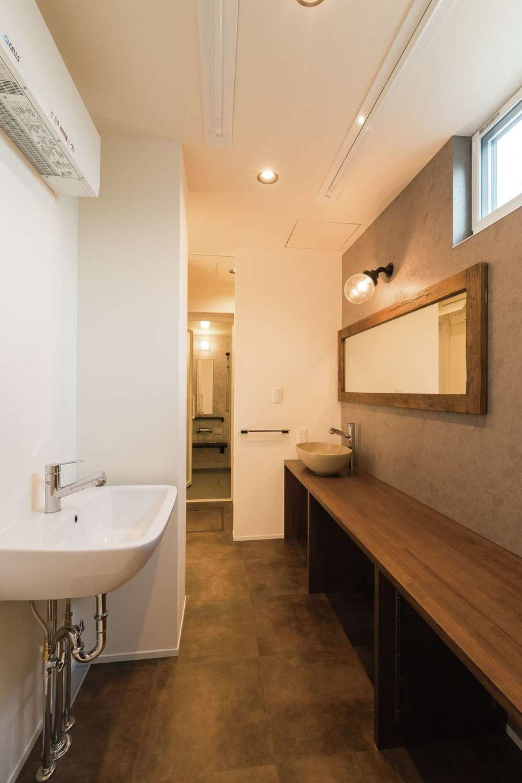 R+house静岡葵・静岡駿河(住宅工房コイズミ)【デザイン住宅、間取り、建築家】洗面兼ランドリールームはウォークスルークローゼットを抜け寝室につながる