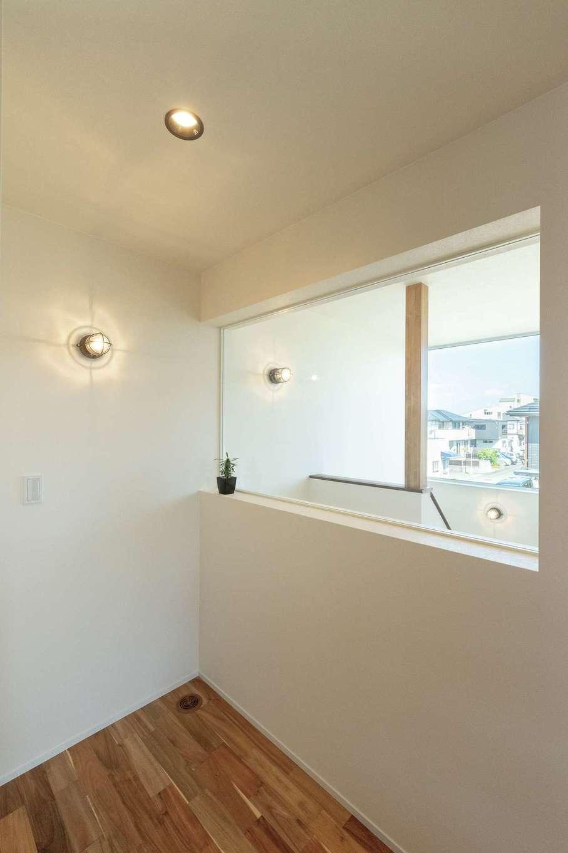R+house静岡葵・静岡駿河(住宅工房コイズミ)【デザイン住宅、間取り、建築家】LDKの一角にある書斎コーナー。富士山の景色も楽しめる