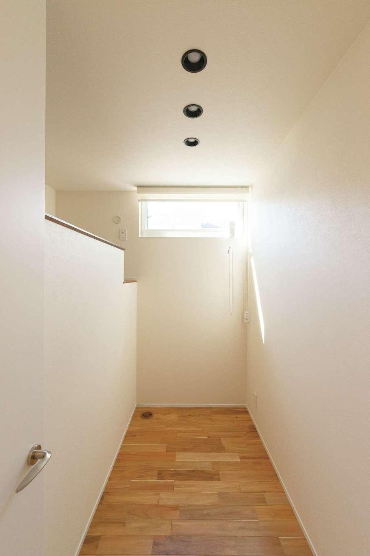 R+house静岡葵・静岡駿河(住宅工房コイズミ)【デザイン住宅、間取り、建築家】敢えてこもりがちにならないように、子ども部屋は必要最小のスペースに。ロフトはベッドに活用