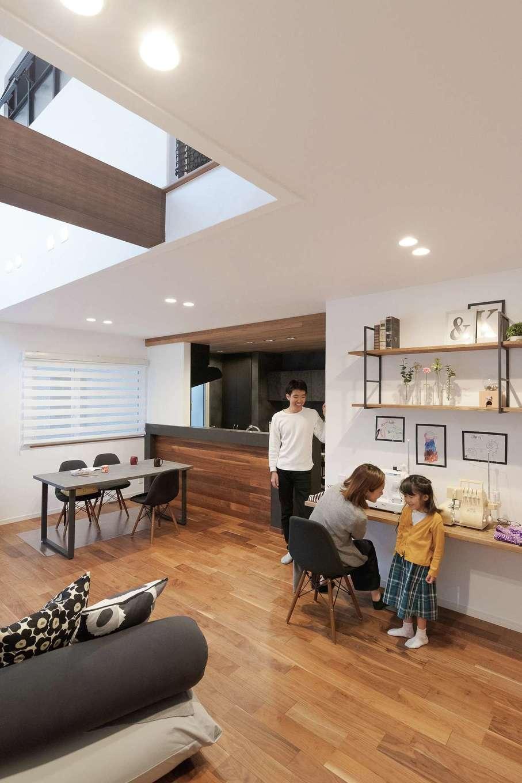 Sanki Haus(サンキハウス)静岡三基【デザイン住宅、省エネ、インテリア】造作カウンターは子どもの宿題や、洋服づくりが趣味の奥さまのミシン仕事など多様な用途に。あえて部分的な収納を設けず、大きなウォークインを右手に用意。余計なものを置く余地がなくなり、キレイが保たれる