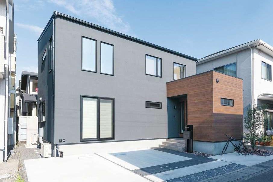 Sanki Haus(サンキハウス)静岡三基【デザイン住宅、省エネ、インテリア】ダークグレーの塗り壁は色味を丁寧に吟味。木目調のサイディングがアクセント