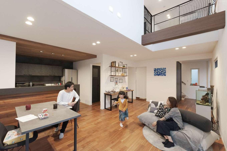 Sanki Haus(サンキハウス)静岡三基【デザイン住宅、省エネ、インテリア】LDKには開放感とほっとするぬくもりが溶け合う。床はウォールナット、壁は漆喰。アレルギーをもつ子どものことを考えて自然素材を採用。玄関から2階までひと続きの空間が広がり、空調の働きが行き届くよう扉も極力省かれた