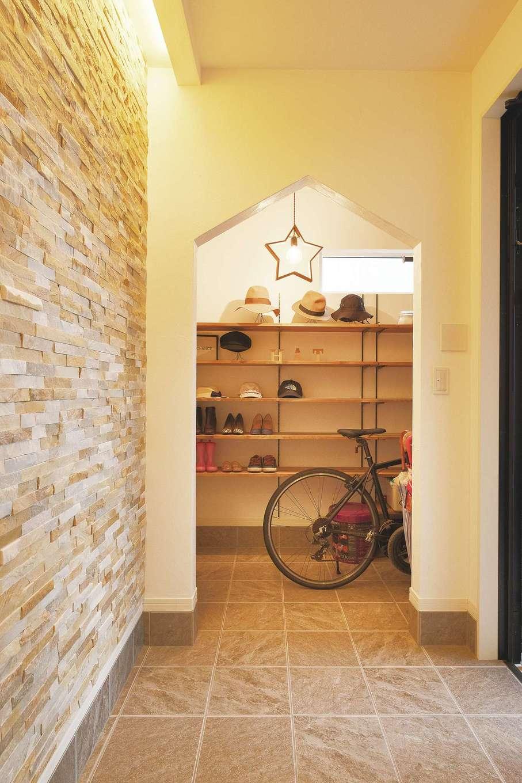 Sanki Haus(サンキハウス)静岡三基【デザイン住宅、省エネ、インテリア】玄関正面に石積タイルと間接照明。土間収納は通勤用の自転車を置いても余裕たっぷり