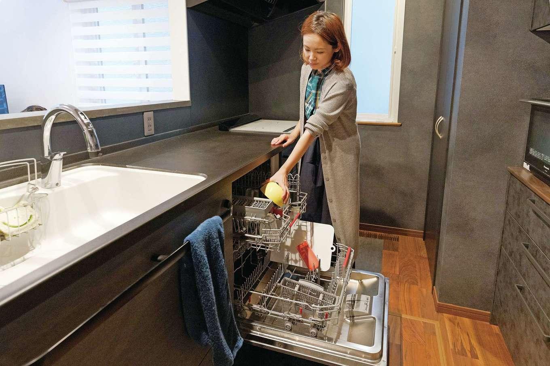Sanki Haus(サンキハウス)静岡三基【デザイン住宅、省エネ、インテリア】人工大理石の天板や外国製食洗機を採用するなど毎日使うキッチンにはこだわった。壁やパントリーのカラーはスタッフによるコンペにより決定