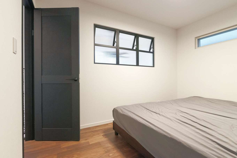Sanki Haus(サンキハウス)静岡三基【デザイン住宅、省エネ、インテリア】3連の室内窓が光と気配を届けてくれる。4畳ものウォークインが寝室のスッキリに貢献