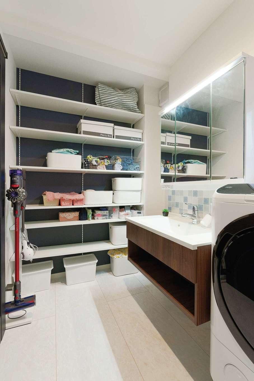 Sanki Haus(サンキハウス)静岡三基【デザイン住宅、省エネ、インテリア】ホテルライクな洗練と造作棚による便利さが調和する。直前で入手できたミナペルホネンのタイルを張ってもらった