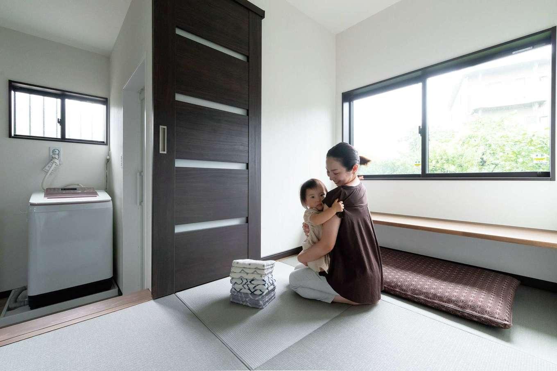 三和建設【デザイン住宅、子育て、間取り】リビングと家事室を結ぶ動線上にある畳の小上がり。家事の途中も奥さまの目が行き届く場所なので、子どものお昼寝やおもちゃ遊びのスペースとして最適。成長に合わせ、将来はカウンターをお絵かきやスタディコーナーに活用