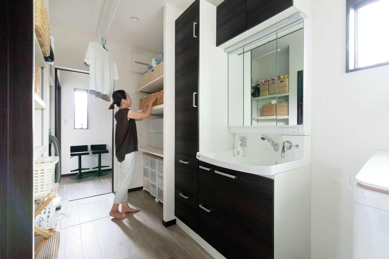 三和建設【デザイン住宅、子育て、間取り】同社の「快乾空間🄬」を見学して取り入れた家事室。洗面脱衣所とランドリールーム、パントリーをつなぎ、キッチンと回遊できる。食事の支度とかぶりがちな朝夕の洗濯&取り込みタイムも、便利な動線のおかげで時短が叶う