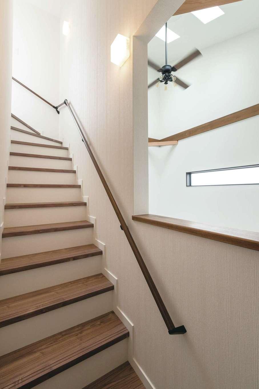 三和建設【デザイン住宅、子育て、間取り】階段室の壁も一部を取り払い、吹き抜けの明るさと開放感を取り入れる工夫が