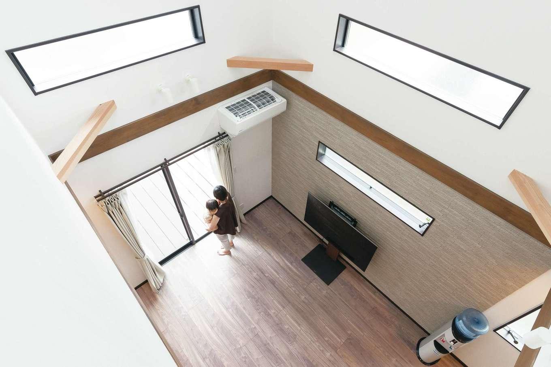 三和建設【デザイン住宅、子育て、間取り】リビング上部は大きな吹き抜け。縦方向の大空間が非日常気分をもたらしてくれる。トップライトとフィックス窓を設けているので、日中の太陽光を効果的に取り込む