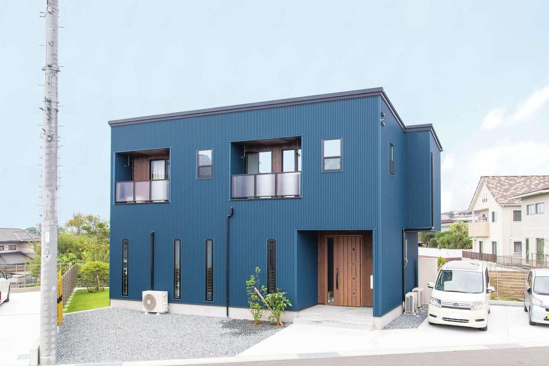 東海ハウス【子育て、和風、間取り】ブルー系ですっきりとしたフォルムの外観。通りに面したリビングの窓はスリットタイプに