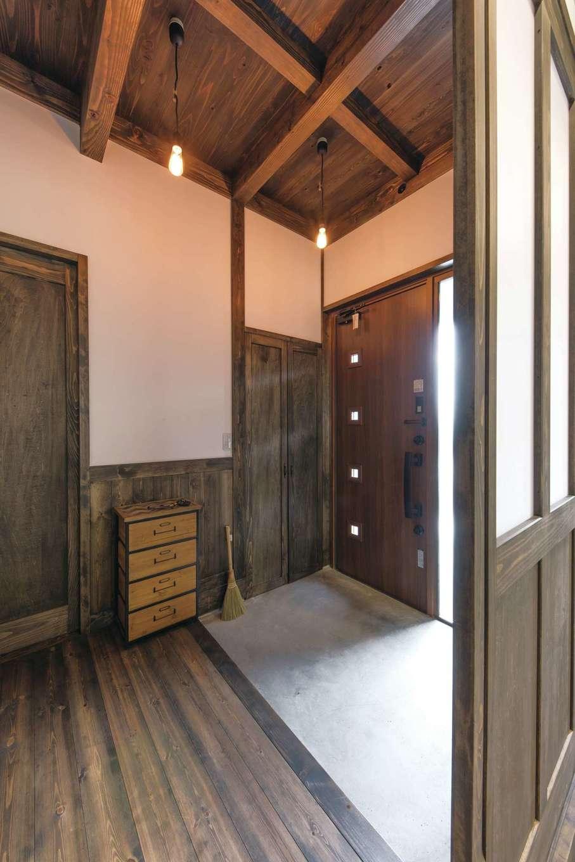 東海ハウス【子育て、和風、間取り】ゆったりとした広さの玄関ホール。引き戸を開ければLDKとひとつの空間に。土間側からも直接リビングに上がれる