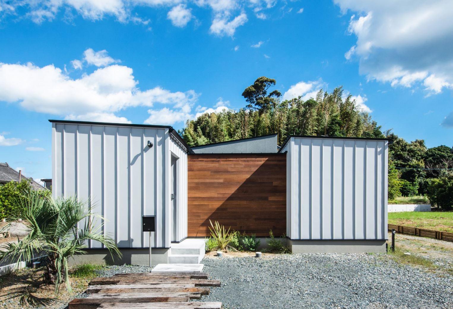 S.CONNECT(エスコネクト)【デザイン住宅、建築家、平屋】外観は、奥さまが憧れていたケーキ屋さんのコンテナハウスのイメージを踏襲し、住宅っぽくない倉庫のようなデザインに