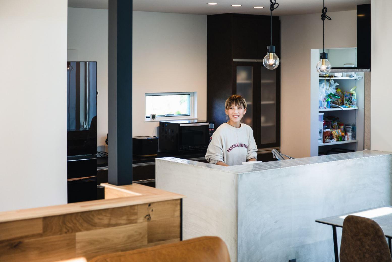 S.CONNECT(エスコネクト)【デザイン住宅、建築家、平屋】モルタルの壁で囲ったおしゃれな対面式キッチン。機能的でありながらデザイン的にもスタイリッシュなので、日常の家事を楽しくこなせる