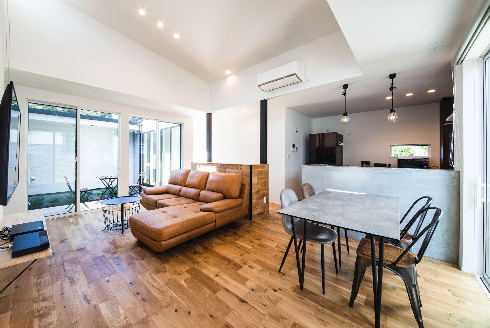 S.CONNECT(エスコネクト)【デザイン住宅、建築家、平屋】窓を開けると気持ちのいい風が部屋に入り、周囲の目を気にせず、のんびりくつろげる