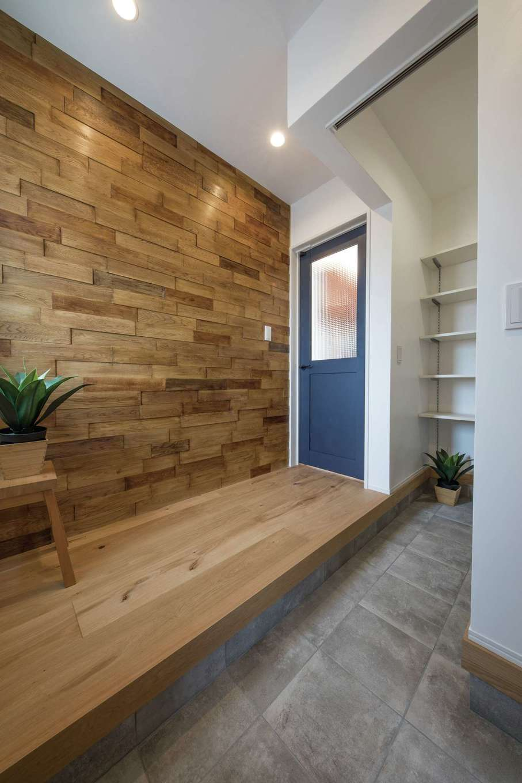 KureKen 榑林建設【デザイン住宅、省エネ、間取り】凹凸をつけながらランダムに張られたタモにより、オリジナリティをもつ玄関に。シューズクロークは閉じられるつくり