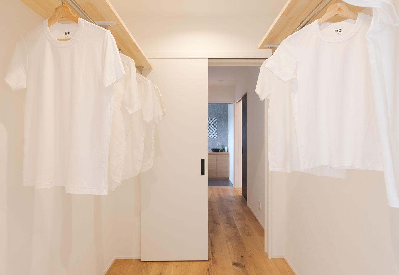 KureKen 榑林建設【デザイン住宅、省エネ、間取り】洗面脱衣室から、室内干し用のランドリールーム、ファミリークローゼットが続く