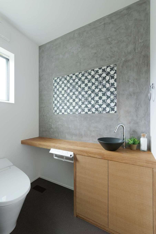 KureKen 榑林建設【デザイン住宅、省エネ、間取り】トイレも塗り壁。個性のあるタイルもマッチ