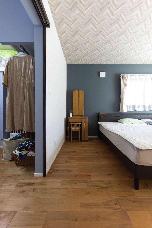 小玉建設【子育て、自然素材、スキップフロア】寝室横にファミリークロークを設置。洗濯してベランダに干した衣類をすぐしまえる。廊下側にもドアがある2wayの動線が便利