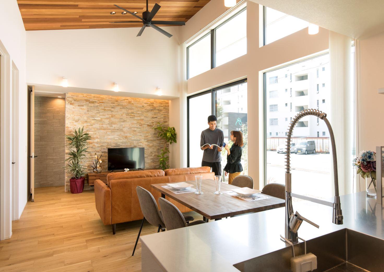 REIWA HOUSE(令和ハウス)【浜松市中区葵西2-18-21・モデルハウス】テレビの背面には天然石を設え、華やかさを演出