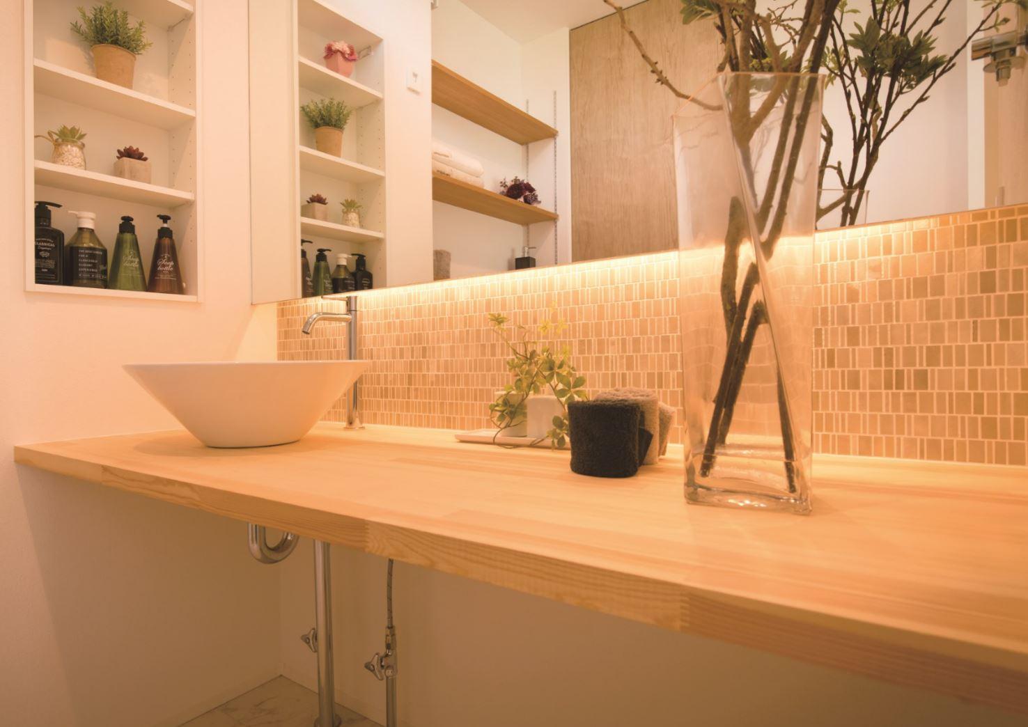REIWA HOUSE(令和ハウス)【浜松市中区葵西2-18-21・モデルハウス】造作カウンターのドレッシングルーム。背面のミニタイルと間接照明が空間を演出する