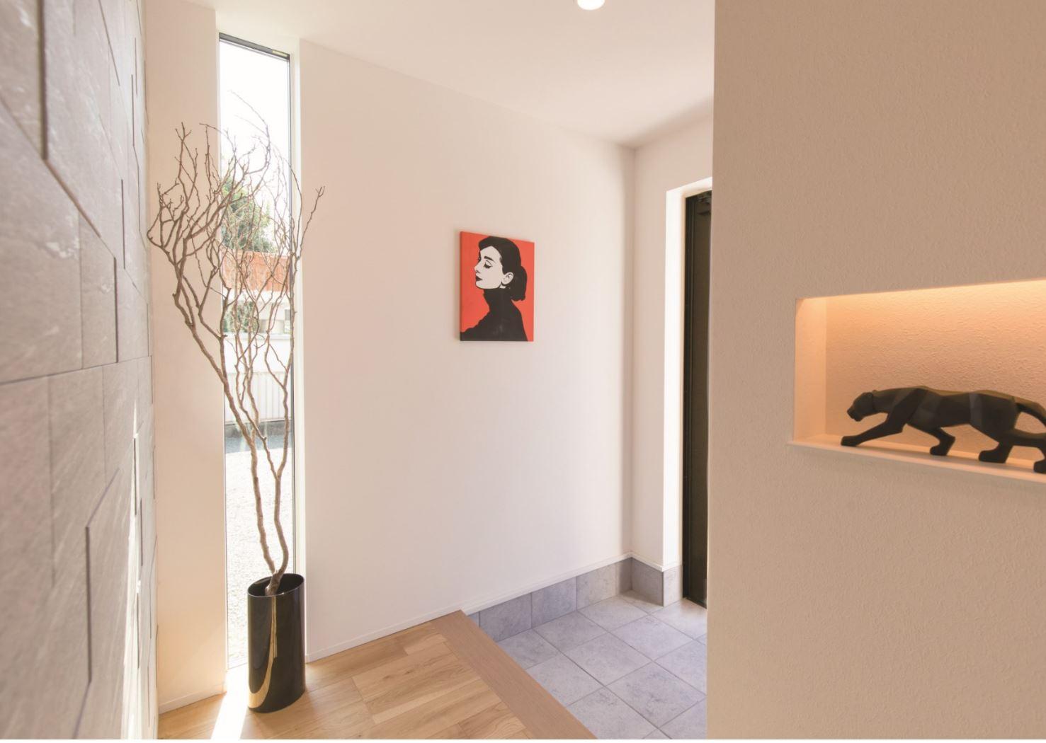 REIWA HOUSE(令和ハウス)【浜松市中区葵西2-18-21・モデルハウス】玄関はタイル調の壁でシックな雰囲気に