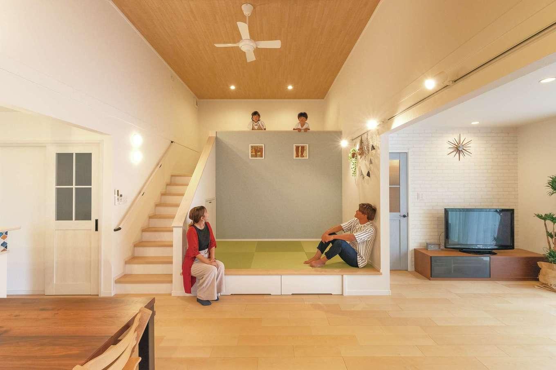 静鉄ホームズ【子育て、間取り、平屋】キッチン・ダイニングとリビングの間にロフトを配したLDKは21.5畳の広々スペース。ロフト部分は天井が高くなり、縦にも空間が伸びることでより開放感を感じられる。小上がりの畳コーナー下は引き出しの収納に。子どもの幼稚園の持ち物やハンカチなどを入れ、朝の身支度の時短や子どもが自分で出し入れする習慣づけにも役立つ