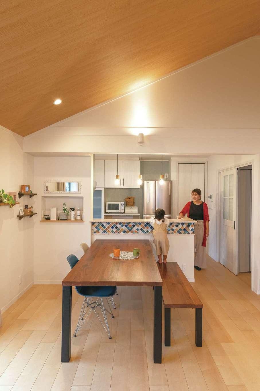 静鉄ホームズ【子育て、間取り、平屋】キッチンのカウンターに奥さまお気に入りのモロッカンタイルをあしらった。木目調の勾配天井がやさしい雰囲気を醸し出す