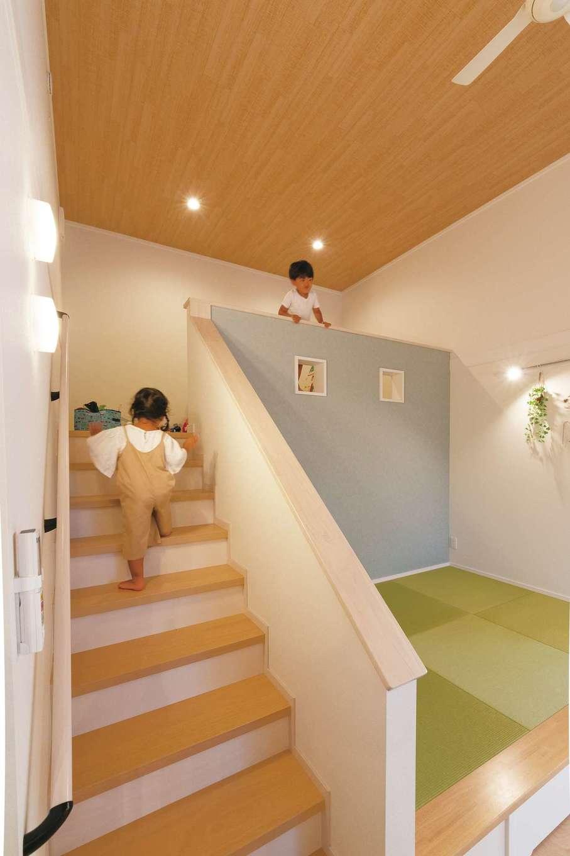 静鉄ホームズ【子育て、間取り、平屋】家を建てた知人から「子どもが2階に行きたがる」という話を聞いたOさん夫妻。平屋のため、2階の替わりにLDKの中央にロフトを作り、子ども専用の遊びスペースとした。ロフト前部は柵にすることも考えたが、安全性を考慮して壁を選択。デザイン的なアクセントを兼ねた小窓を2つ開け、リビングからロフトにいる子どもの様子を見ることができる。おもちゃが自然とロフトに集まることで、リビングが散らからずすっきり片付くメリットも