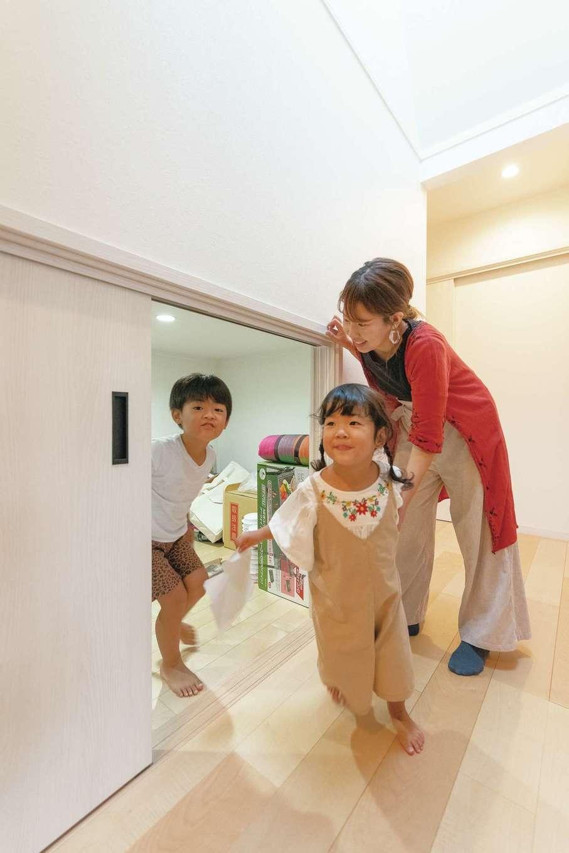 静鉄ホームズ【子育て、間取り、平屋】ロフトの真下は季節品や防災用品などの収納スペース。ロフトと同じ4畳の広さがあり、物を入れても余裕たっぷり。子どもたちの遊び場にもなっているそう