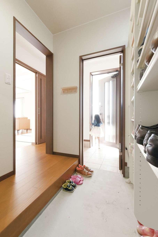 片山建設【自然素材、省エネ、間取り】家族の玄関は大きなシューズクローク。来客は玄関ホールから直接畳コーナーに案内できる