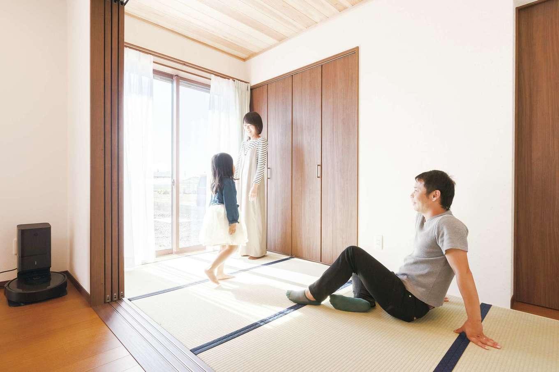 片山建設【自然素材、省エネ、間取り】子どもたちのお昼寝や、ちょっとごろりと横になりたいときにあると嬉しい畳。4畳のスペースは、奥さまの希望で誕生。ソファとはまた違ったくつろぎ感がお気に入りだ。引き戸をフルオープンにすればリビング空間が拡張できる