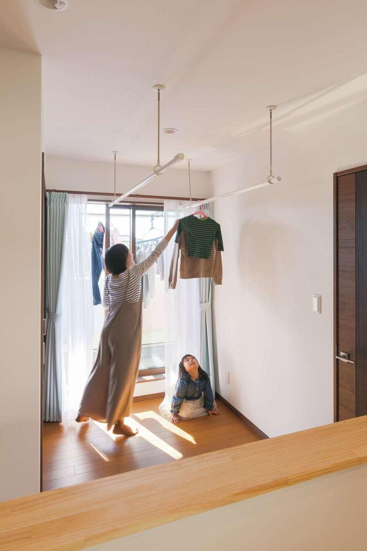 片山建設【自然素材、省エネ、間取り】2階のホールを利用して室内干しのスペースを確保