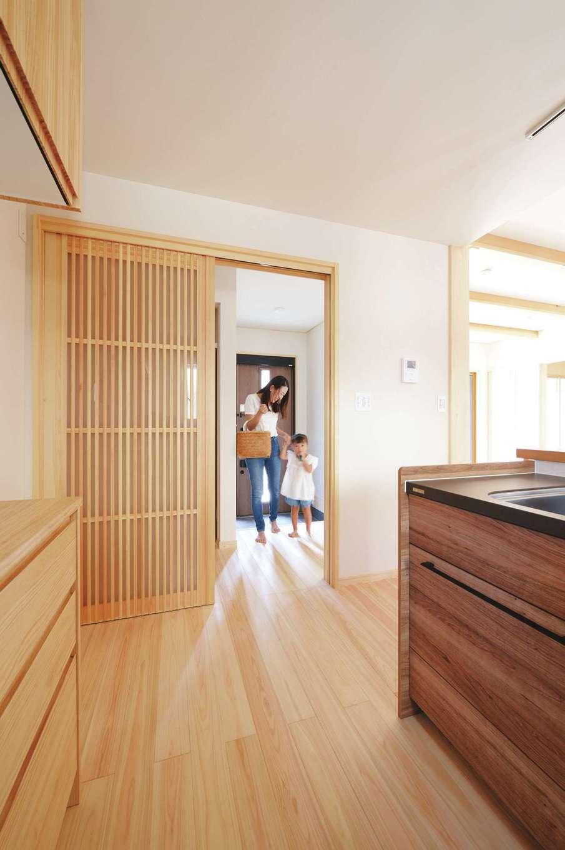 ワイズホーム【自然素材、省エネ、間取り】玄関ホールを正面に上がるとキッチンに通じる、便利な回遊できる間取り