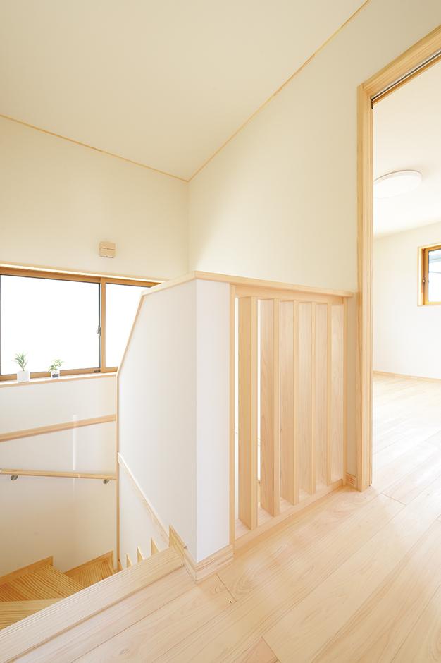 ワイズホーム【自然素材、省エネ、間取り】2階ホールの壁は圧迫感のない格子を採用して、明るさを取り込む。階下から気配を感じやすく、1階にいる奥さまも2階で遊ぶ子どもも安心できる