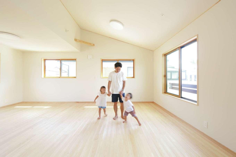 ワイズホーム【自然素材、省エネ、間取り】18畳の子ども室は、生まれてくる子どものために急遽設計を変更し、自然素材に囲まれた勾配天井の広々空間に。子どもが小さいうちは間仕切りをせず遊び場として活躍。将来的には、プライベートを大切にした個室となる可変性も魅力