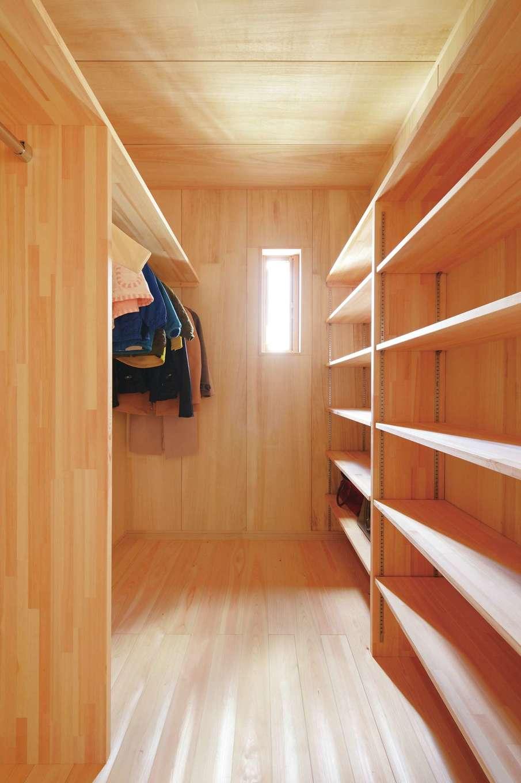 ワイズホーム【自然素材、省エネ、間取り】たっぷり収納できるファミリークローゼット。内装に桐材を使っているため、湿気がこもりにくい