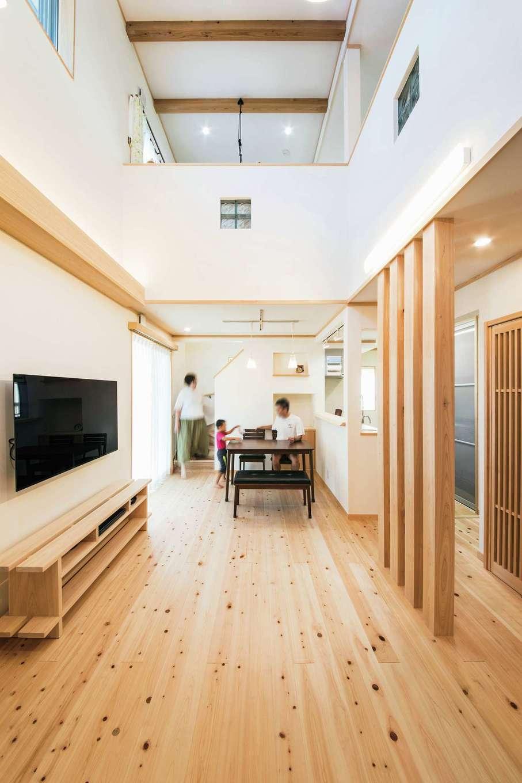 ひのきの家 静岡県家づくり浜松協同組合【子育て、和風、自然素材】吹抜けで1階と2階が繋がり、家族の気配を常に感じ取れる。4本の柱が玄関からの視線の目隠しになる。造作のTVボードは床と同じヒノキを用い、統一感を強調