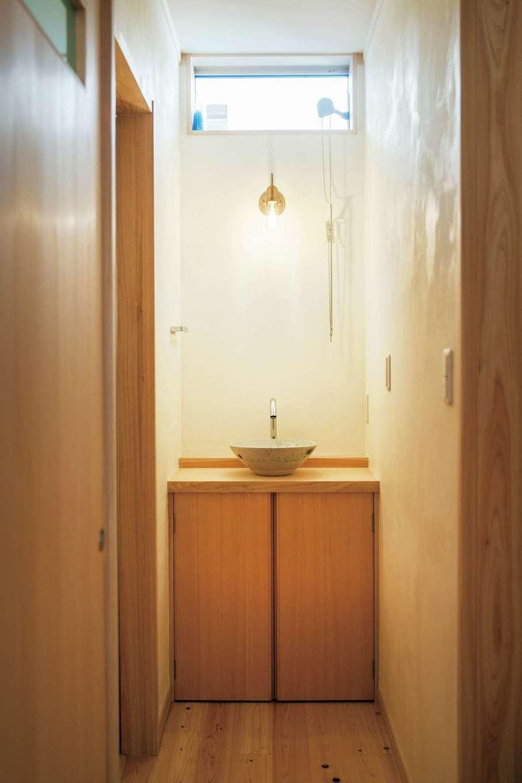 ひのきの家 静岡県家づくり浜松協同組合【子育て、和風、自然素材】洗面スペースとは別に、トイレの横に手洗い場を設けてある。カウンターと陶製のボウルだけのシンプルな設えがオシャレ