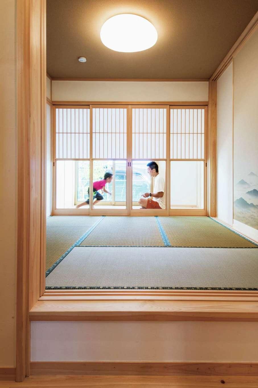 ひのきの家 静岡県家づくり浜松協同組合【子育て、和風、自然素材】小上がりの和室は雪見障子と広縁付き。襖を開ければリビングと一体化する