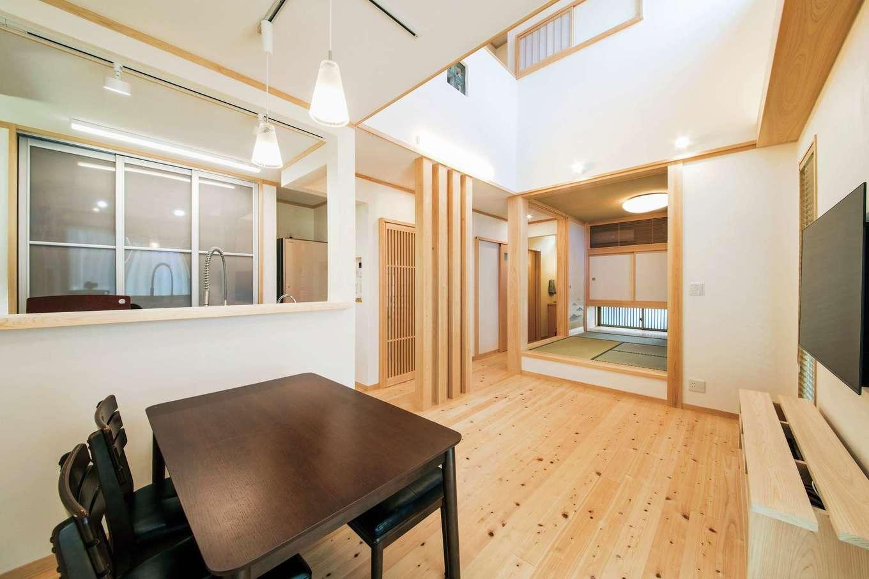 ひのきの家 静岡県家づくり浜松協同組合【子育て、和風、自然素材】ダイニングから眺めたリビングと和室。TVボードも造作で設置