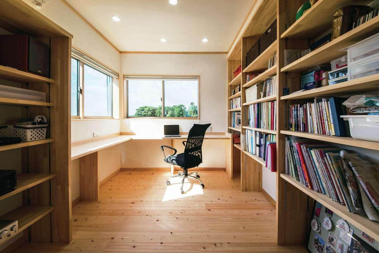 ひのきの家 静岡県家づくり浜松協同組合【子育て、和風、自然素材】書棚もたくさん設けてあり、ファミリーライブラリーとしても活躍する