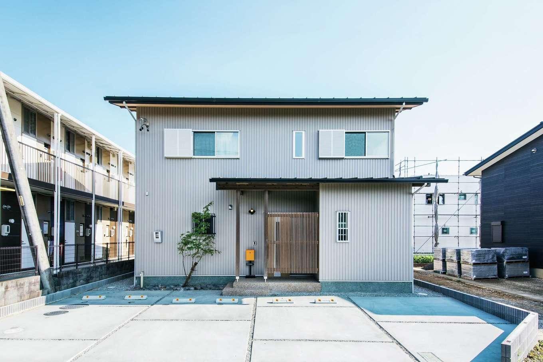 ひのきの家 静岡県家づくり浜松協同組合【子育て、和風、自然素材】窓の配置やポーチの位置など、均整の取れた美しい外観。深い軒天や格子が風情を感じさせる