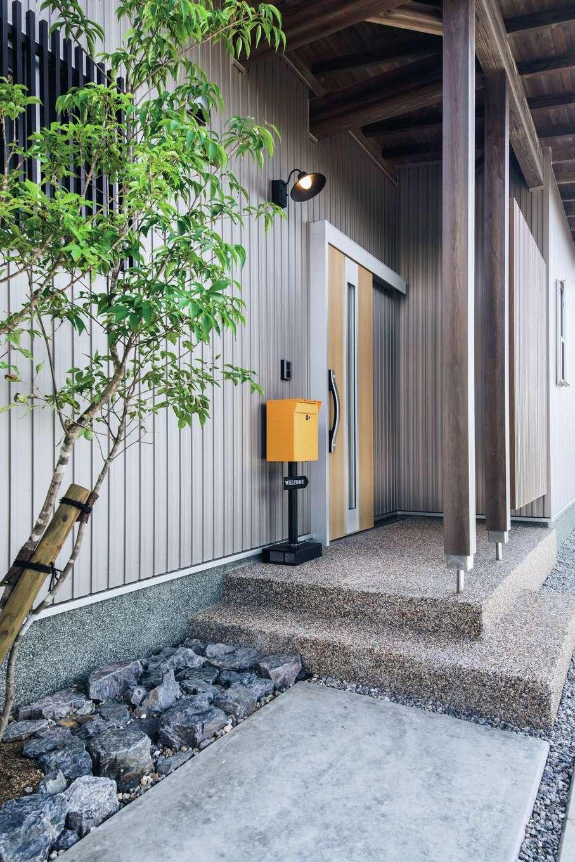 ひのきの家 静岡県家づくり浜松協同組合【子育て、和風、自然素材】左官職人の計らいで、玄関ポーチの土間だけでなく基礎部分も洗い出しで仕上げてあり、上質な雰囲気を醸し出している