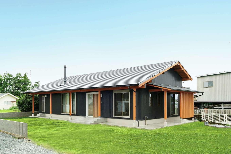 村木建築工房【和風、自然素材、平屋】数寄屋風の長い軒と軒柱が安定感と広がりを感じさせる外観。外壁に黒いガルバリウム鋼板を採用したことでモダンな印象に。サイドに物干しコーナーを確保