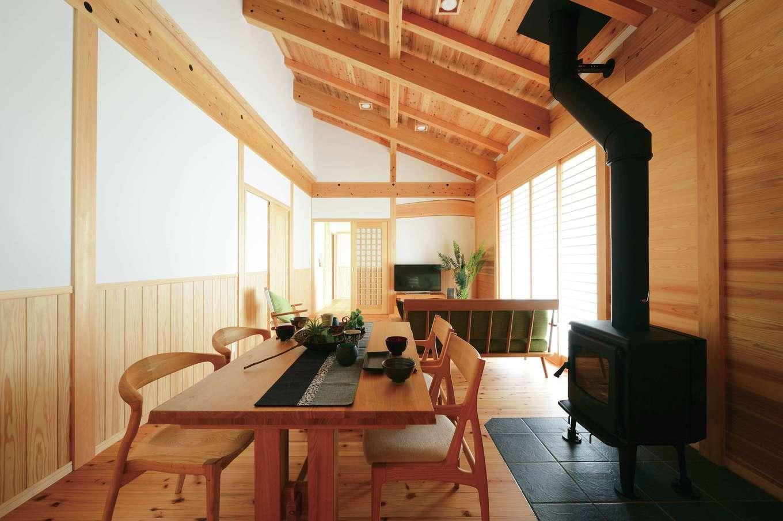 村木建築工房【和風、自然素材、平屋】無垢の空間に意匠的にもマッチした薪ストーブ