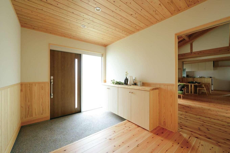 村木建築工房【和風、自然素材、平屋】土間とホールにゆとりを持たせた端正な玄関。玄関の真正面に、外着をしまえる壁面収納を設けてある